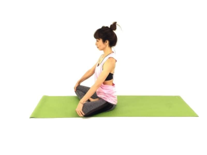 背中スッキリ僧帽筋ストレッチ1undefined背骨を伸ばし両手は膝におきます。