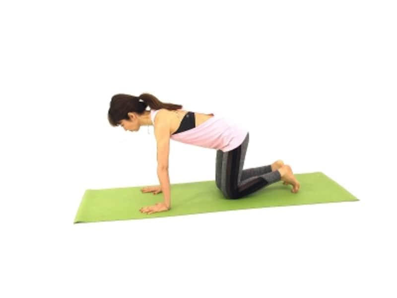 つらい肩こり・背中こりを解消する僧帽筋ストレッチ1undefined手のひらを床につけ、膝を床につけます。