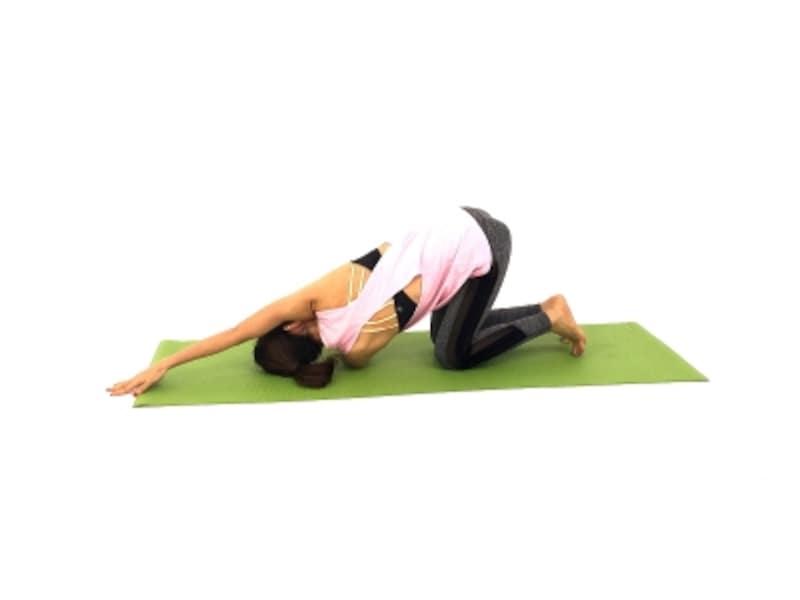 辛い肩コリ・背中のコリを解消する僧帽筋ストレッチ3undefined反対側も同様に動作しましょう。背骨から肩甲骨が離れるのをイメージするのも◎