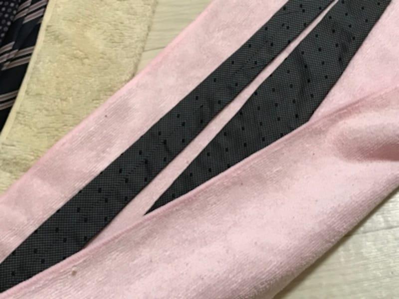 吸水タオルでネクタイの水気を吸い取る