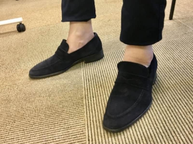 ネイビーのスエード靴を合わせたネイビーチノパン。足首をだすことで垢抜けた雰囲気を演出。