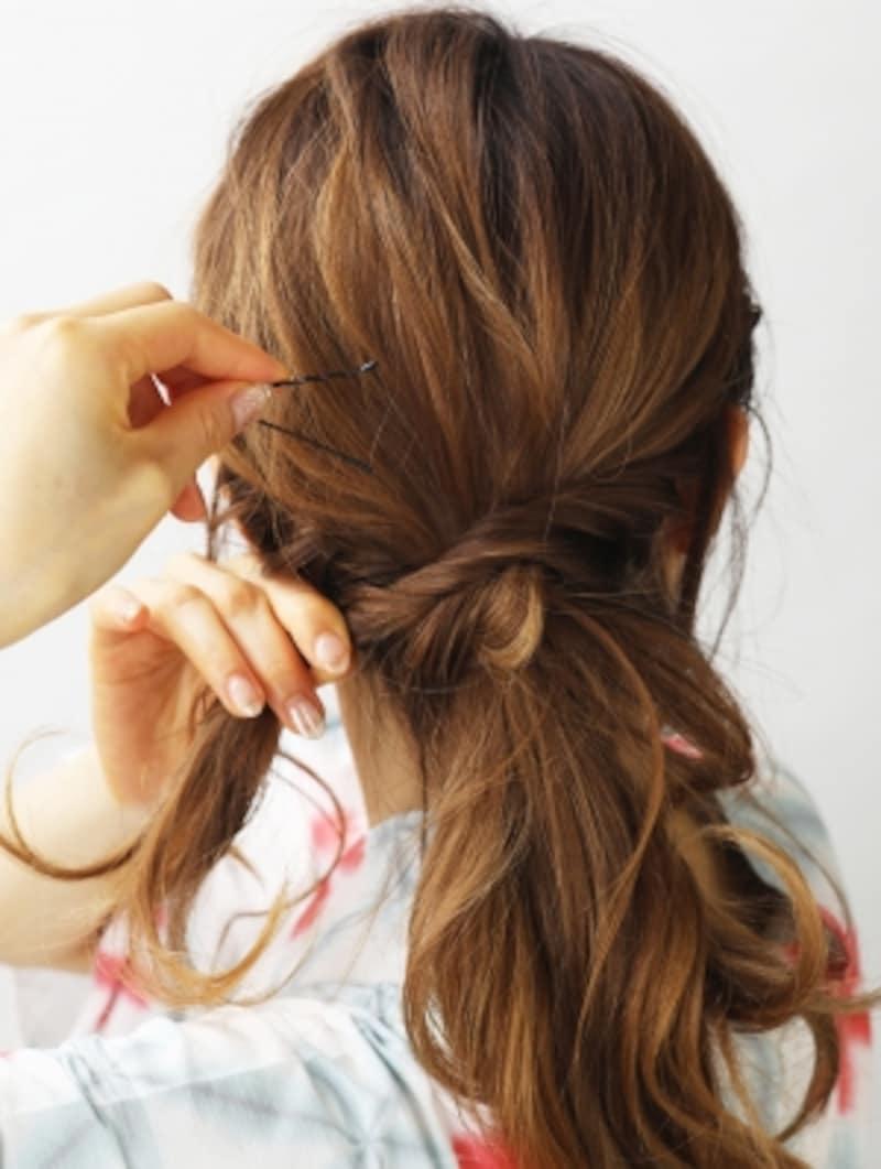 左の髪をねじり編みにしてピンで留める