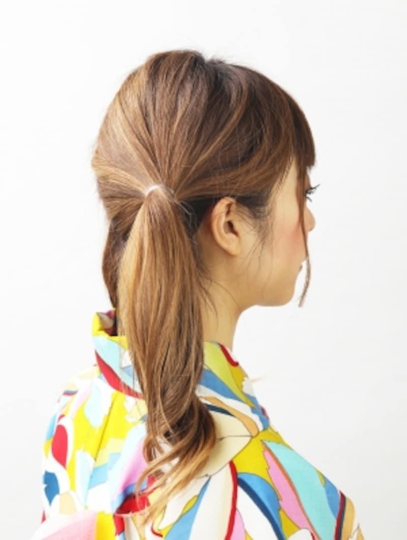 右耳の上で髪を結ぶ