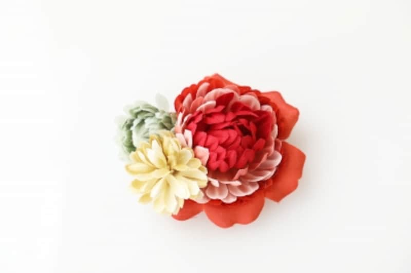 赤を効かせたお花のコサージュ