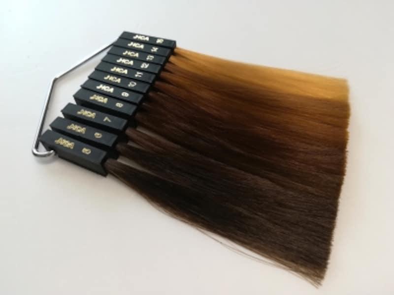 「JHCAレベルスケール」に照らし合わせると、染めていない黒髪は4~6レベル。8レベルよりも明るい髪色は、明らかに茶髪とわかります