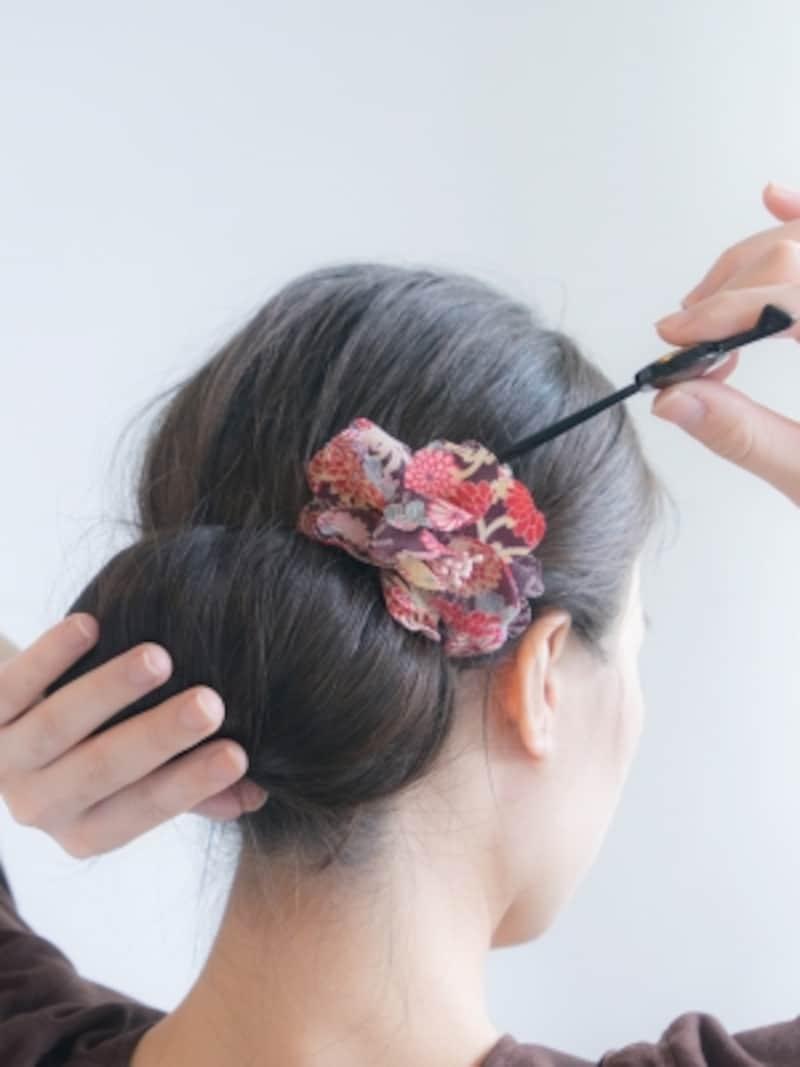 お花のヘアアクセとかんざしを重ねづけ