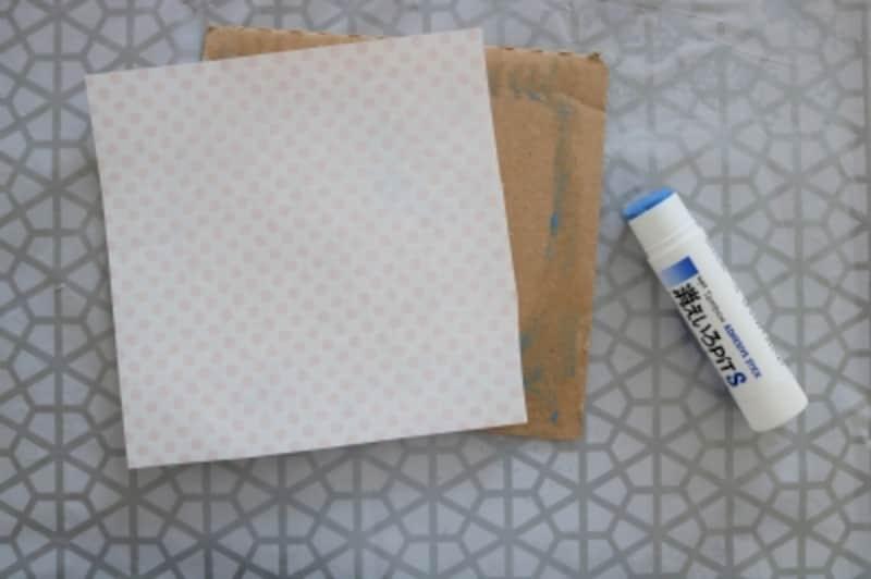 星の型にする段ボールに折り紙を貼ります。