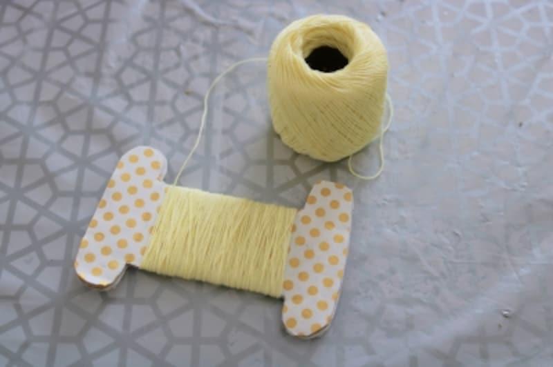 糸巻に糸を巻き木工用ボンドで糸を留めます。