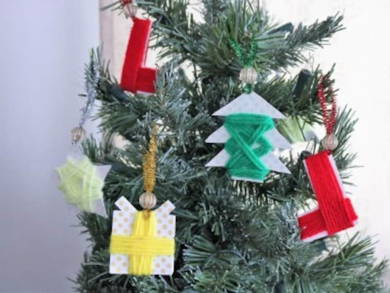 クリスマスツリーに毛糸を巻いて作ったオーナメントを飾ってみましょう。