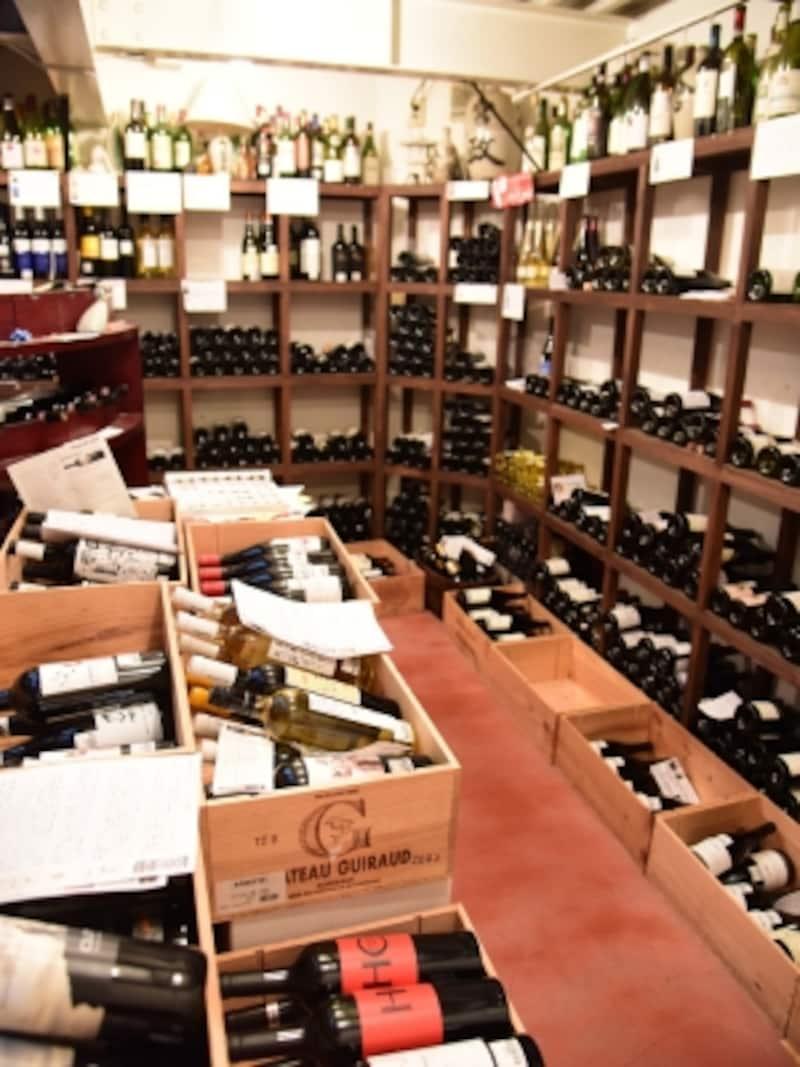 地下のワインセラーにはおよそ300本の世界中のワインが!