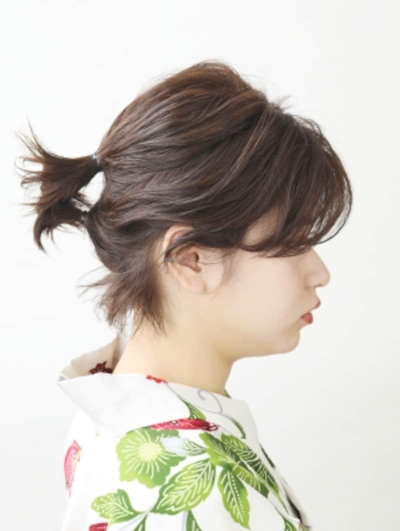 ハチ上の髪の毛をお団子にし、残りの髪を結ぶ