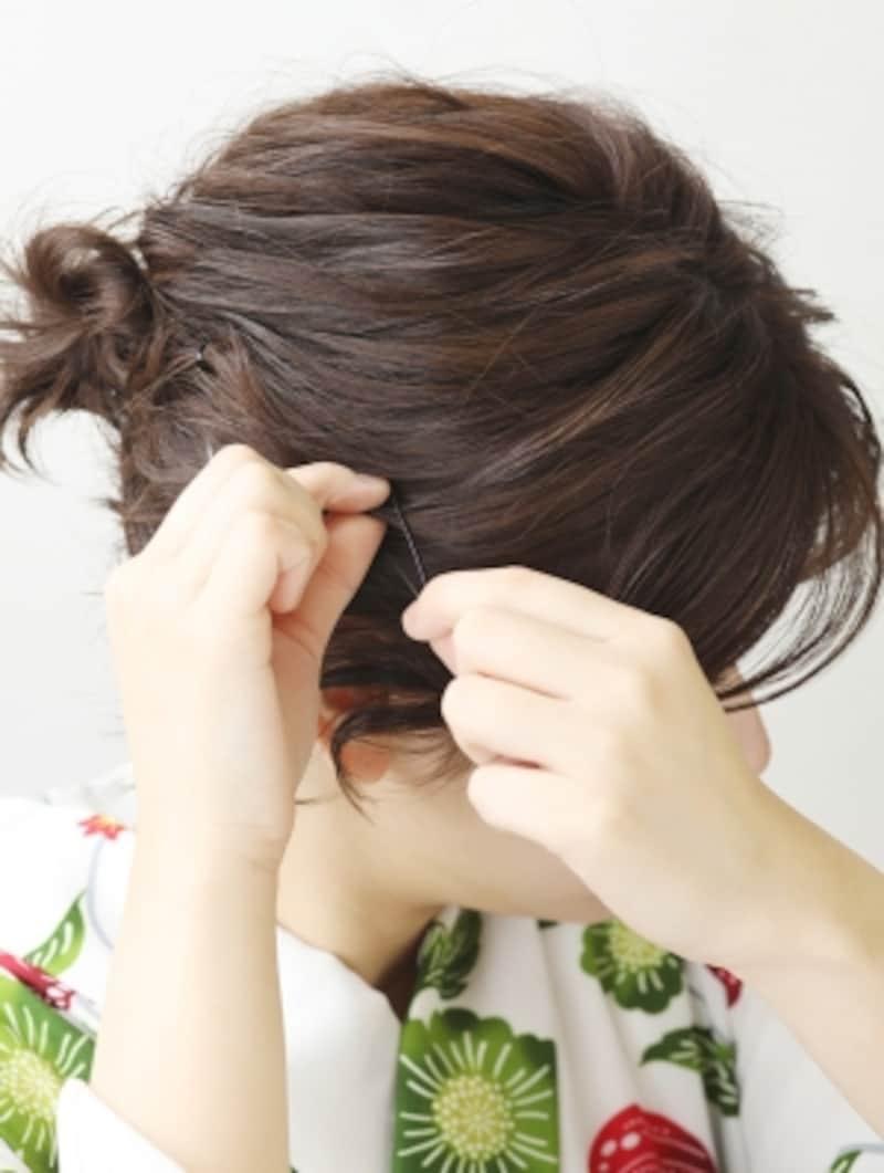 顔まわりの余計な髪をピンで留める