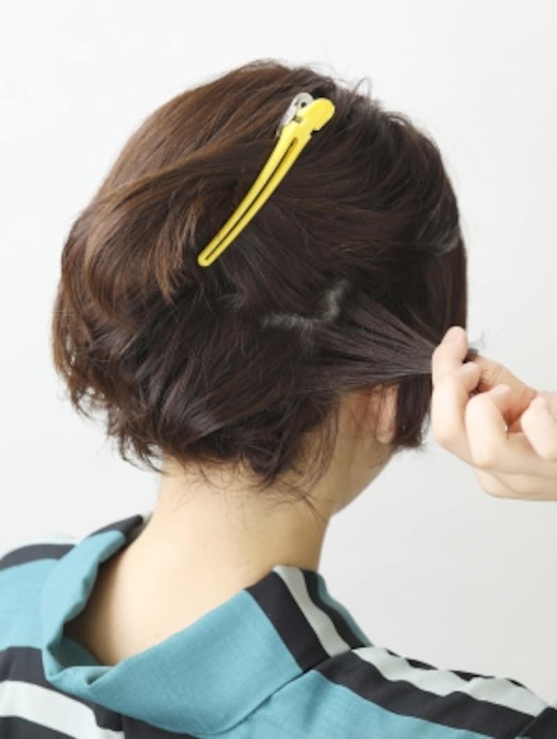トップをV字にとり、耳後ろの毛をねじって留める