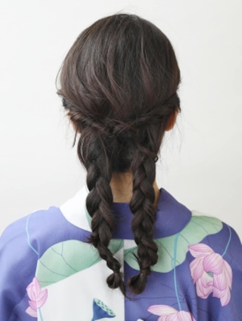 下ろした髪を三つ編みにする