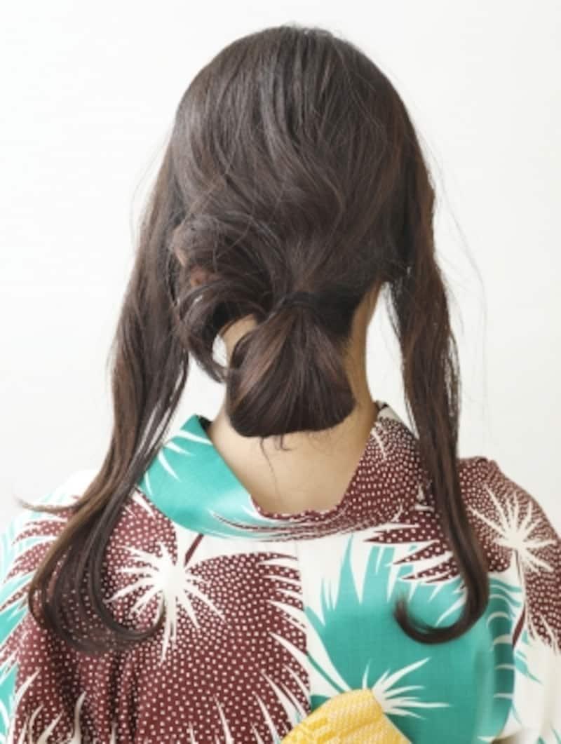 大きな輪っかを作り髪を結ぶ