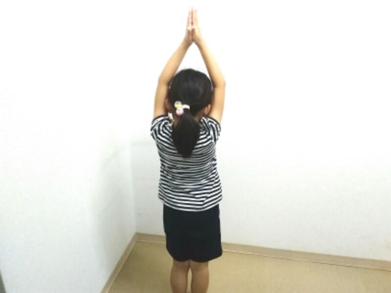 バランスがとれそうであれば、カカトの上下運動(つま先立ちになる)を3回加えてみましょう