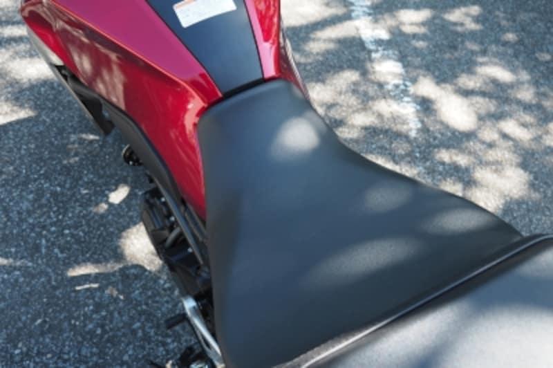 CB250Rのシートは絞り込まれており足つき性に配慮されている