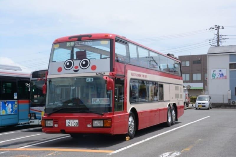 2100系電車をモチーフにしたオープントップバス