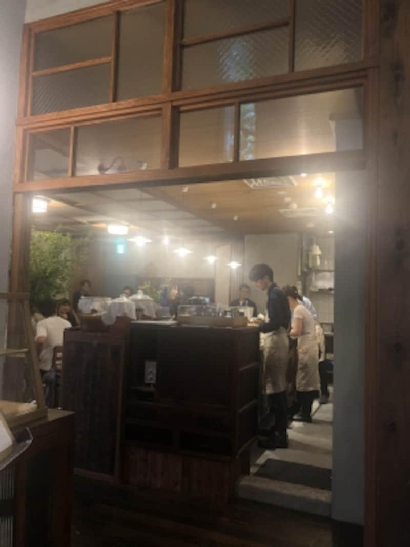 レトロな雰囲気の漂うカフェの入り口