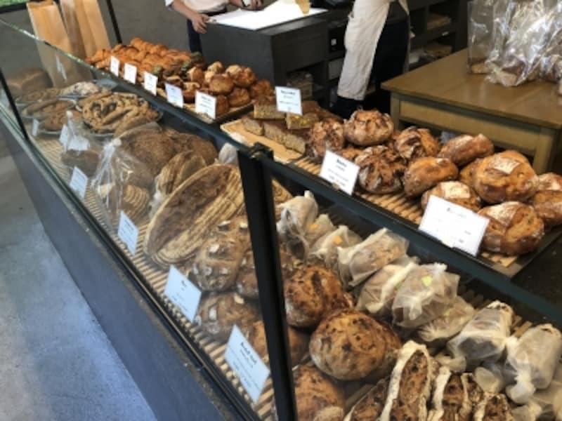 ショーケースに並ぶのは国産小麦のパン