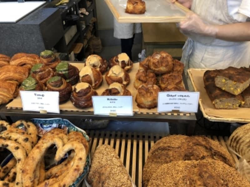 ジンジャークロッカン、夏のフォカッチャ、ヨモギなど魅惑的なパンが並ぶ
