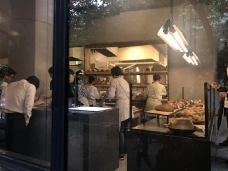 厨房から次々にパンが焼き上がる