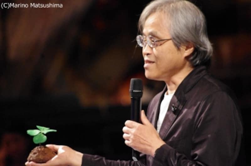 四つ葉のクローバーを手に、少々悪戯っぽい表情で語る土屋茂昭さん。(C)MarinoMatsushima