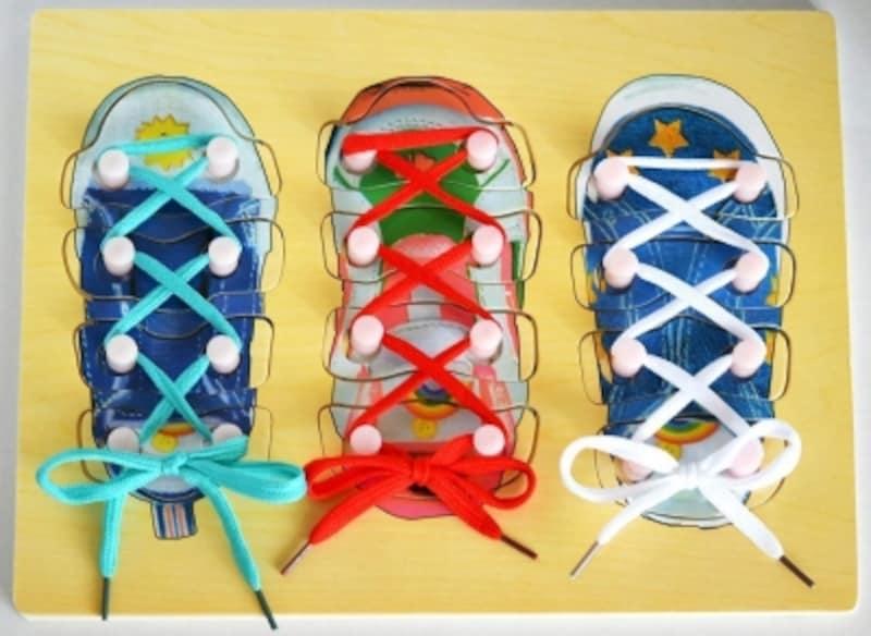 リボン結び(蝶結び)など紐の結び方に便利な「靴ひもとおし・ちょうちょ結びの練習ができる知育玩具と型はめパズルが一緒になった木製おもちゃ」http://amzn.asia/76vseeX