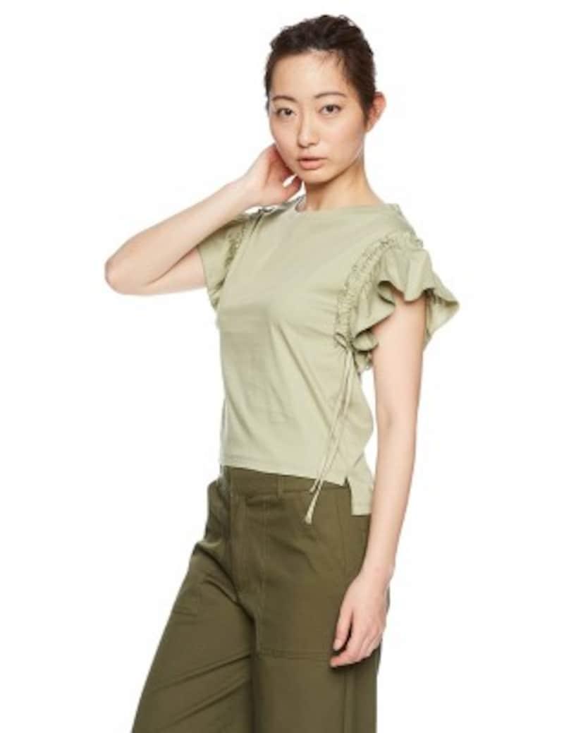 女性らしいラッフル袖のデザイントップスに、カーキのパンツを合わせたシンプルなコーデ(画像はAmazonより:http://amzn.asia/61ZY2Fi)