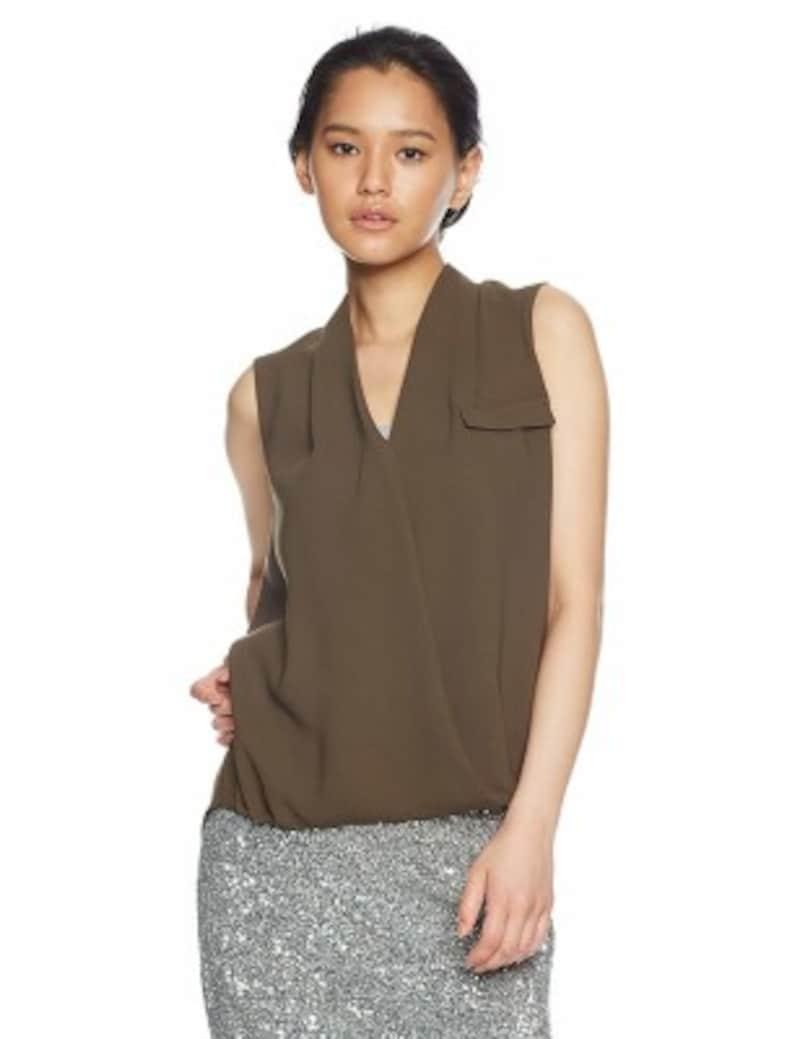ジョーゼット素材のカシュクールデザインブラウスに、シルバーのタイトスカートを合わせたコーデ。夜のお出かけにおすすめ(画像はAmazonより:http://amzn.asia/bDOLH2h)