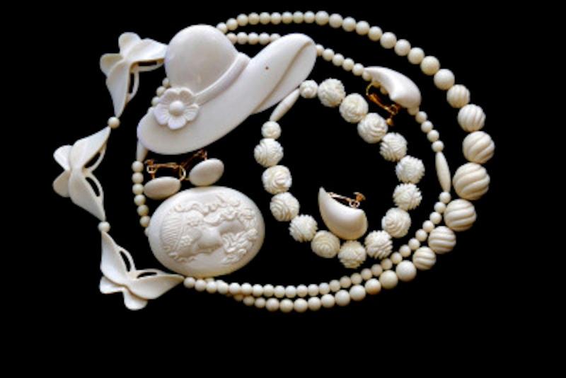 アイボリー(ivory)は象牙という意味で、象牙のような黄みを帯びた白のこと
