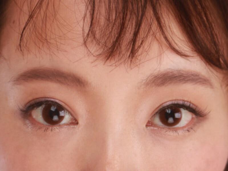 眉頭は上側が濃くなるようにグラデーションを意識して書くと良い