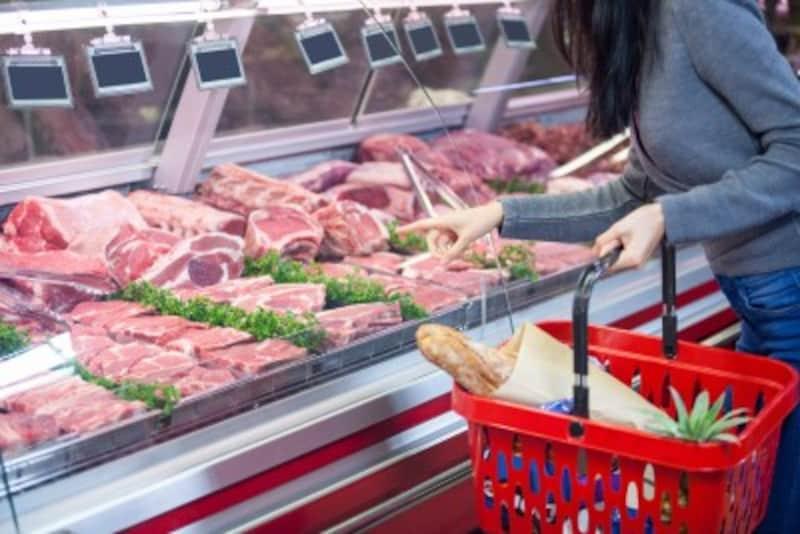 緑のマットの上に赤い肉を並べると、補色対比で肉の赤身が強調される=より新鮮に見える