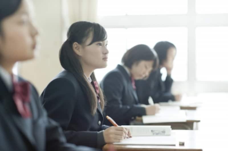 学ぶ女子高校生