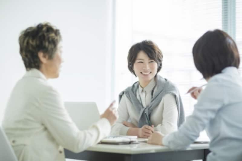 談笑する3人の女性