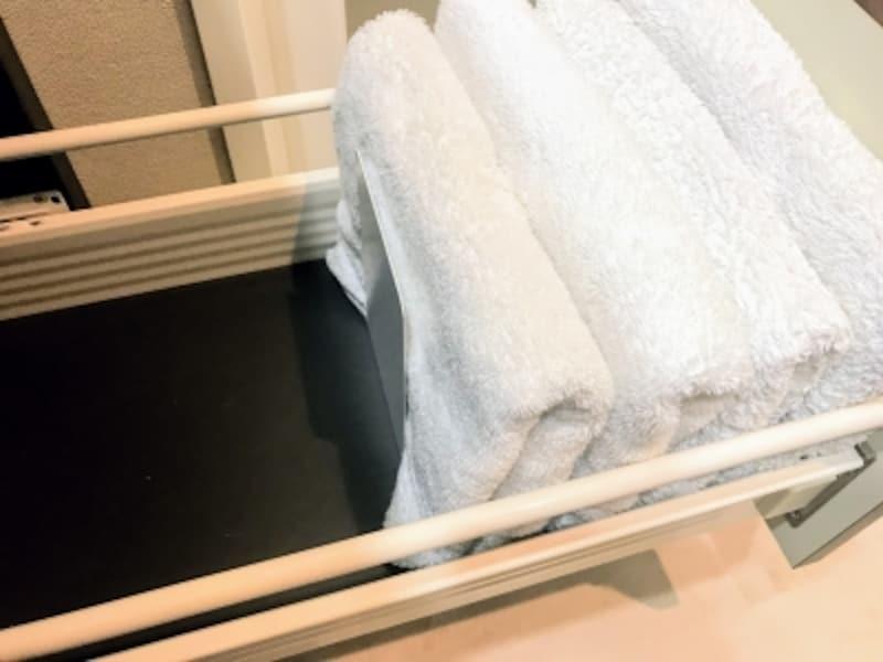 タオルの枚数が少なくなっても倒れないようブックエンドを使用