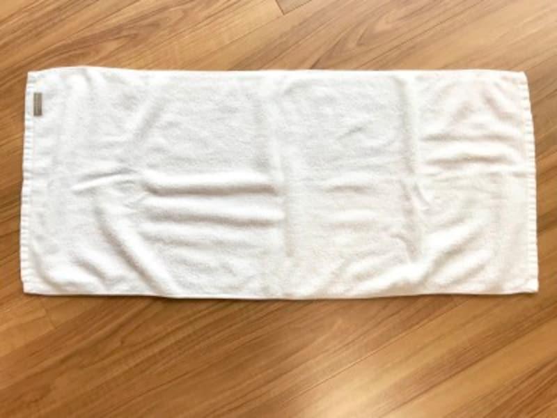 タオルのたたみ方・手順1:タオルの端の縫い目を見ると表裏がわかりやすい