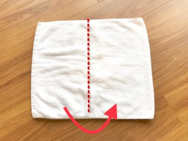 タオルのたたみ方・手順2:点線でさらに半分に折る