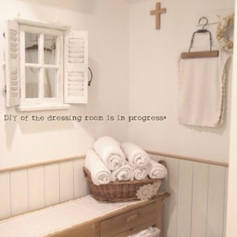 タオルの収納実例:丸めたタオルをナチュラルなかごに入れて見せる収納