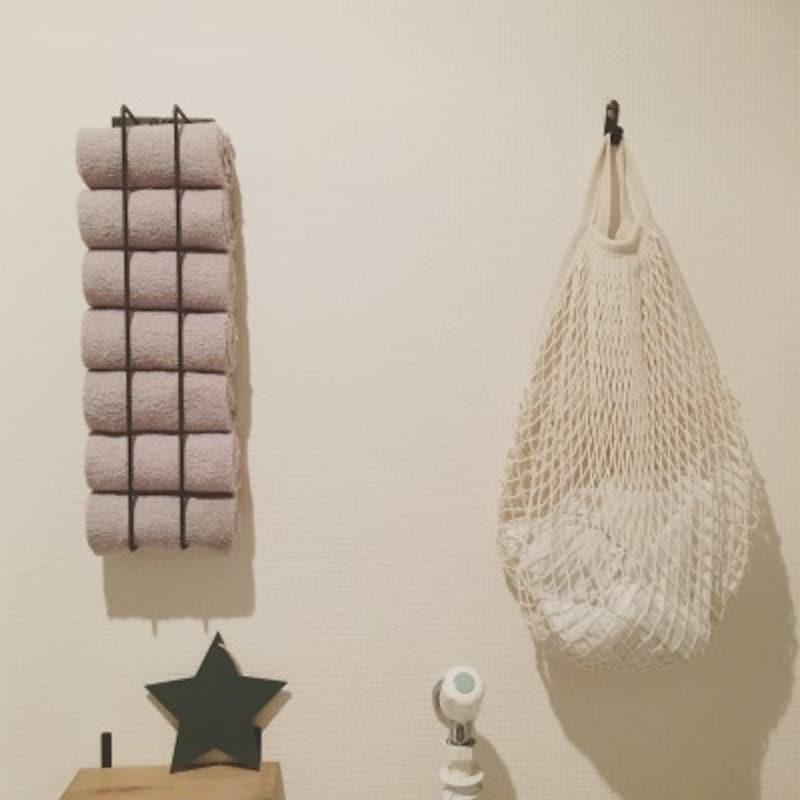 タオルの収納実例:タオルバーを2本壁に取り付けて、タオルを挟み込んで収納