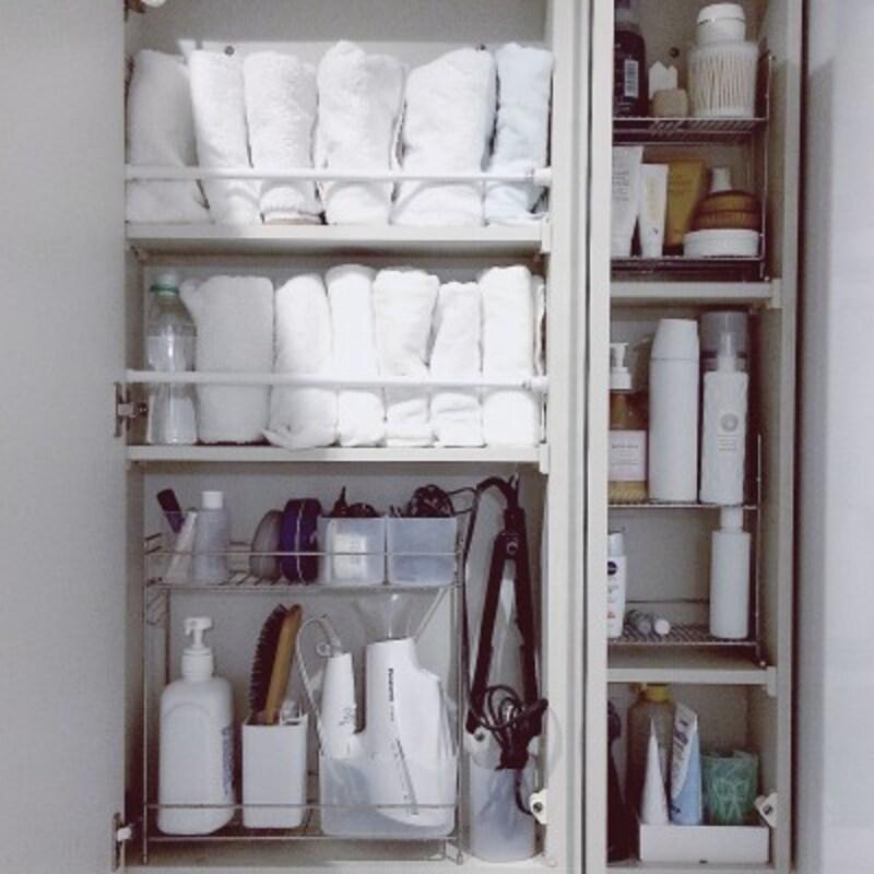 タオルの収納実例:突っ張り棒を使うことで狭い場所にもタオルを収納できる