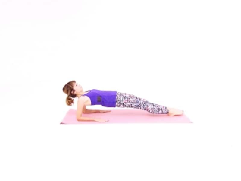 最強の二の腕引き締めエクサ3undefined膝を伸ばし、肩からつま先まで一直線に伸ばします