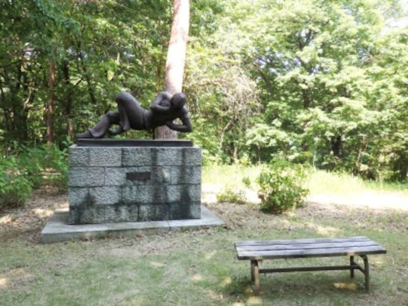 森の緑から浮かび上がる彫刻広場のアート作品