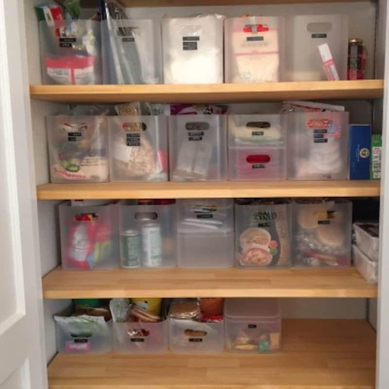 半透明の収納ボックスなら中の物も見やすい (出典:RoomClip「キッチン/シンプルインテリア/平屋/持たない暮らし/北欧/パントリー収納…などのインテリア実例-tsunotanの部屋-」)