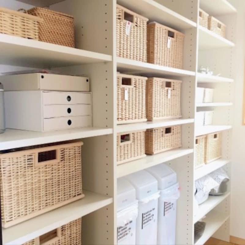 大型のパントリーならゴミ箱あでスッキリ収納できる (出典:RoomClip「キッチン/整理収納アドバイザー/整理収納/シンプル/無印良品/パントリー…などのインテリア実例-miyako.の部屋-」)