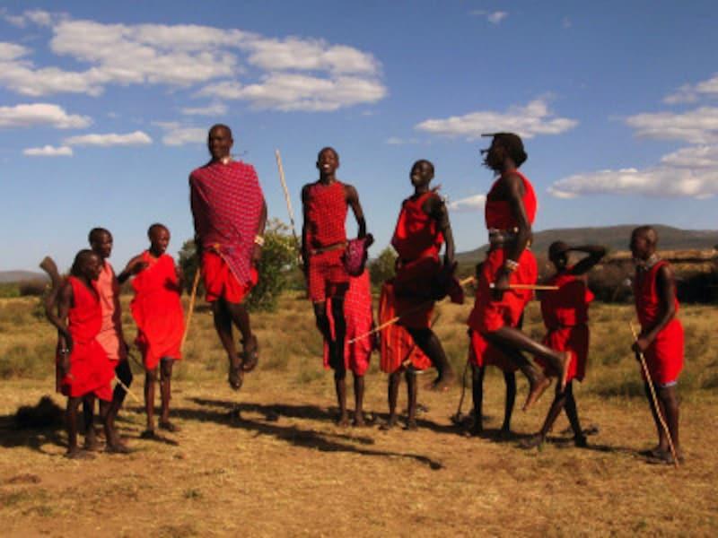マサイ・ジャンプで観光客を歓迎するマサイ族の人々