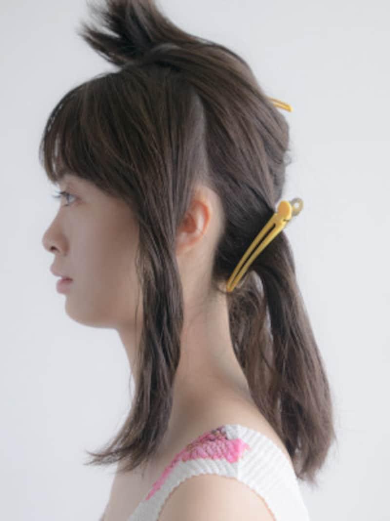 耳の真ん中の延長線上で髪を分ける