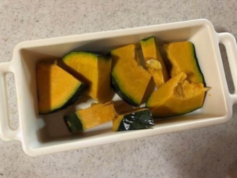 かぼちゃを切って、グリル皿へ。