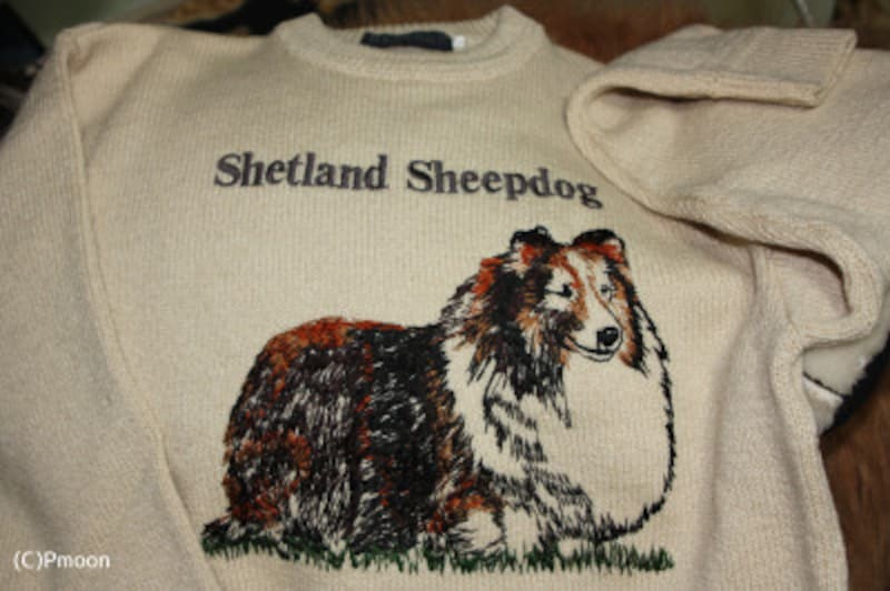 シェットランド諸島産の羊毛で作られているシェルティーの刺繍をあしらったセーター
