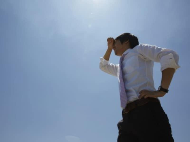 汗を拭く男性